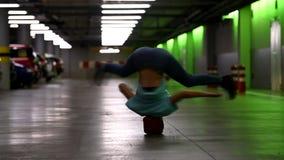 La mujer joven da vuelta a su cabeza en el garaje metrajes
