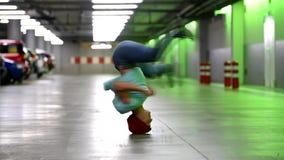 La mujer joven da vuelta a su cabeza en el garaje almacen de video