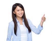 La mujer joven de Asia manosea con los dedos para arriba Fotografía de archivo
