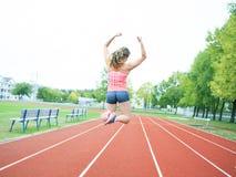 La mujer joven de entrenamiento salta Foto de archivo