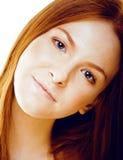 La mujer joven de la belleza con el pelo rojo aisló cerca para arriba, jengibre real feliz sonriente, concepto de la gente de la  Fotos de archivo