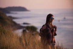La mujer joven de la libertad disfruta de puesta del sol del océano en pico de montaña Imagenes de archivo