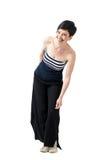La mujer joven de moda del pelo corto en ancho-pierna jadea inclinarse y la risa Fotografía de archivo libre de regalías