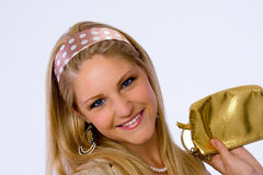 La mujer joven de moda sonríe en la cámara. Imagen de archivo