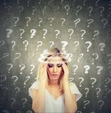 La mujer joven de pensamiento confundida retrato con vértigos del vértigo tiene muchas preguntas fotografía de archivo libre de regalías