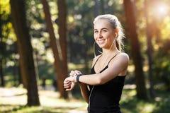 La mujer joven de Sportish con los deportes mira foto de archivo libre de regalías