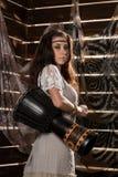 La mujer joven del boho del hippie que tiene American National Standard de la diversión juega el tambor de Jamaica Estilo del Hip Imágenes de archivo libres de regalías