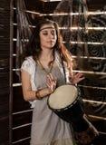 La mujer joven del boho del hippie que tiene American National Standard de la diversión juega el tambor de Jamaica Estilo del Hip Imagen de archivo