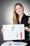 La mujer joven del ingeniero de diseño muestra un plan de concepción fotos de archivo libres de regalías
