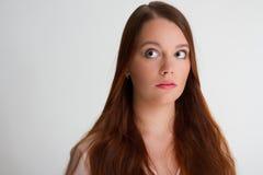 La mujer joven del pelirrojo parece preocupante Foto de archivo