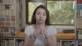 La mujer joven deprimida que sufría de la sensación del dolor de cabeza trabajó demasiado y cansancio que frotaba su templo en ca almacen de video