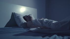 La mujer joven despierta con pesadilla almacen de video