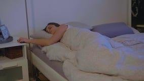 La mujer joven despierta por la mañana metrajes