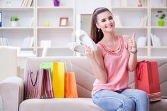 La mujer joven después de hacer compras con los bolsos imagenes de archivo