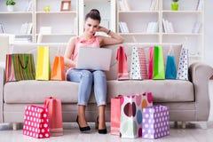 La mujer joven después de hacer compras con los bolsos Fotografía de archivo libre de regalías