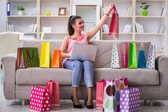 La mujer joven después de hacer compras con los bolsos Imagen de archivo