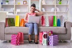La mujer joven después de hacer compras con los bolsos Imagen de archivo libre de regalías