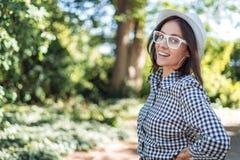 La mujer joven dice algo los positivos en la naturaleza imagen de archivo libre de regalías