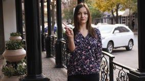 La mujer joven dice no sacudiendo la cabeza y meneando su finger, rechazando gesto, discrepe muestra Expresión emocional de la ca almacen de metraje de vídeo
