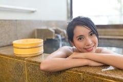 La mujer joven disfruta de las aguas termales Imágenes de archivo libres de regalías