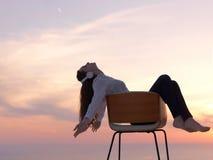 La mujer joven disfruta de puesta del sol Fotografía de archivo
