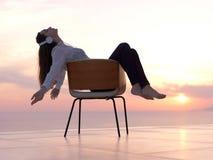 La mujer joven disfruta de puesta del sol Foto de archivo libre de regalías