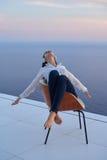 La mujer joven disfruta de puesta del sol Imágenes de archivo libres de regalías