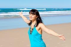 La mujer joven disfruta de su tiempo en la playa imagenes de archivo