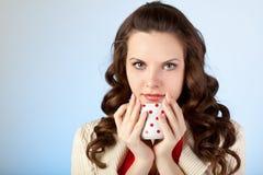 La mujer joven dreanking té Fotografía de archivo