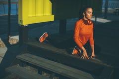 La mujer joven ejercita en la 'promenade' después de correr Imagen de archivo