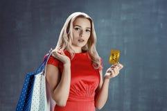 La mujer joven elegante sostiene la tarjeta del VIP Fotografía de archivo