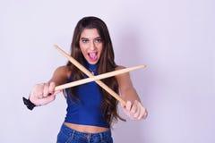 La mujer joven elegante y de moda que sostiene el tambor se pega fotografía de archivo