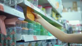 La mujer joven elige la caja del almuerzo reutilizable metrajes