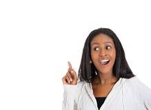 La mujer joven emocionada acaba de subir con aha de la idea Fotos de archivo