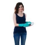 La mujer joven en camiseta oscura y los guantes de goma verdes sobre blanco aislaron el fondo Fotografía de archivo libre de regalías