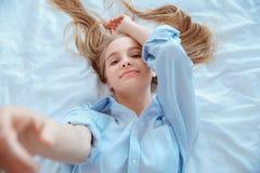 La mujer joven en casa que ponía en cama despertó la cámara conmovedora de la visión superior Imágenes de archivo libres de regalías