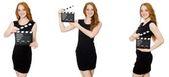 La mujer joven en chapaleta-tablero negro de la tenencia del vestido imagenes de archivo