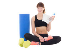 La mujer joven en deportes lleva con la botella de agua, de estera y de dumbbel Foto de archivo libre de regalías