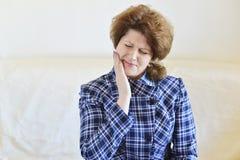 La mujer joven en dolor está teniendo un dolor de muelas Fotos de archivo