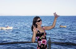 La mujer joven en el mar costó día de verano soleado Foto de archivo