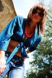 La mujer joven en gafas de sol Fotos de archivo libres de regalías