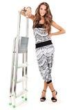 La mujer joven en harem jadea la presentación con el step-ladder fotos de archivo