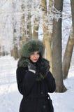 La mujer joven en invierno arropa en el parque Fotografía de archivo libre de regalías