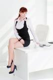 La mujer joven en oficina Imagen de archivo