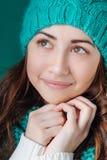 La mujer joven en primer de punto de la bufanda y del sombrero sueña Fotografía de archivo libre de regalías