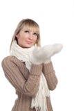 La mujer joven en suéter wollen el suéter de la manopla Foto de archivo libre de regalías