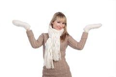 La mujer joven en suéter wollen el suéter de la manopla Imagen de archivo