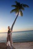 La mujer joven en sundress largos en una playa tropical polinesia Imagenes de archivo