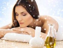 La mujer joven en un balneario detrás da masajes a procedimiento Foto de archivo