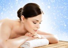 La mujer joven en un balneario detrás da masajes a procedimiento Fotografía de archivo libre de regalías